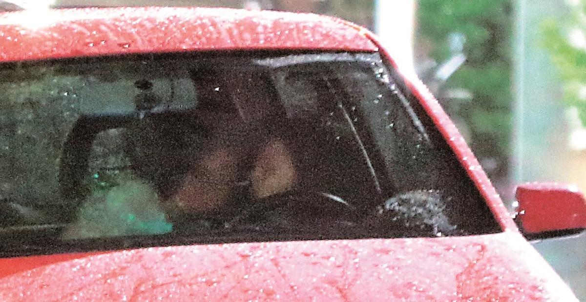 袁艾菲載肌肉新歡健身約會,在車上肌肉男就頗不安分,身體直挨向袁艾菲,把她逼到車窗後,2人隨即來了個1分鐘熱吻。