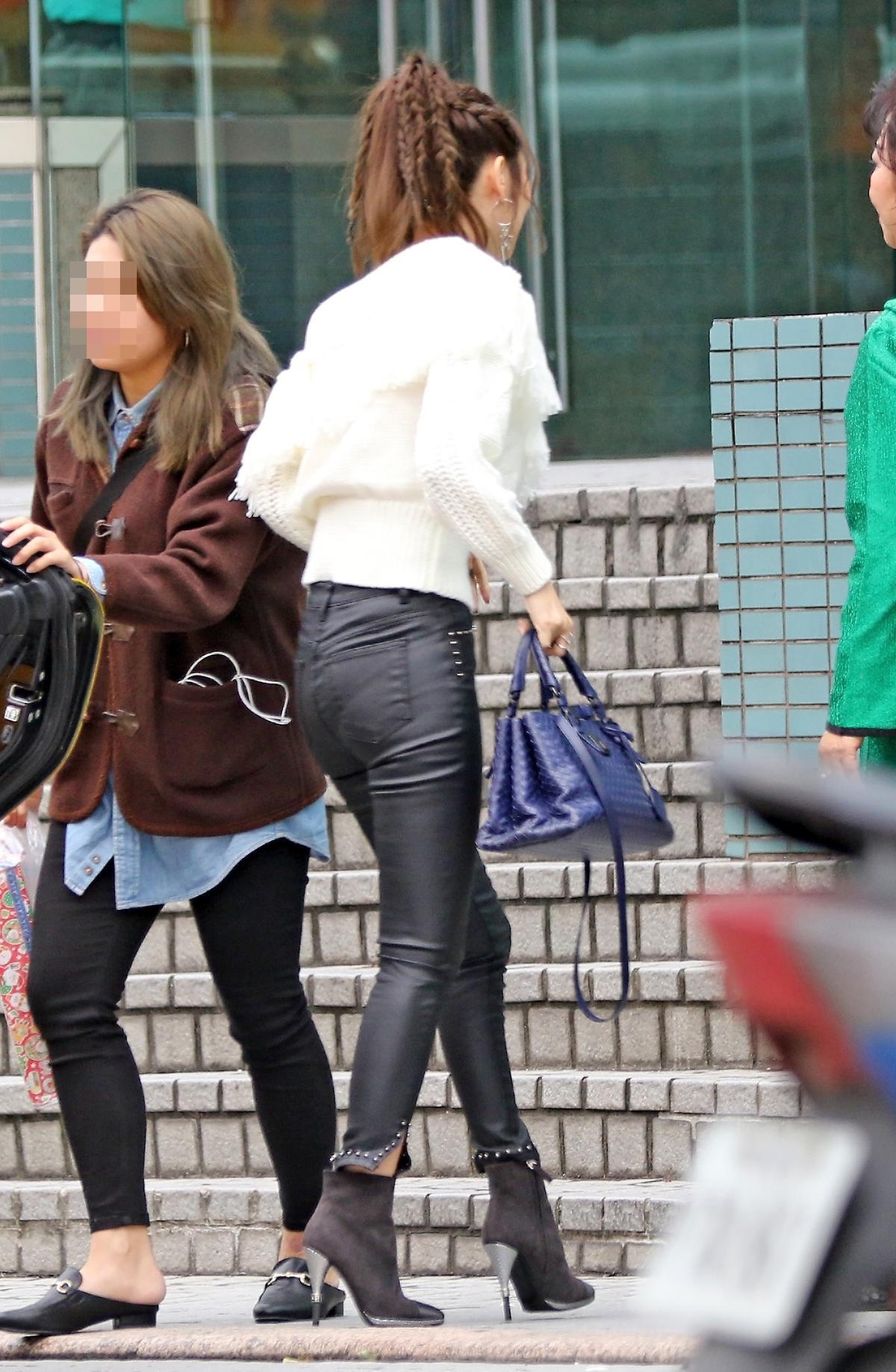 日前曾莞婷帶媽媽到電視台錄影,手上包包換成13萬元的BV包。