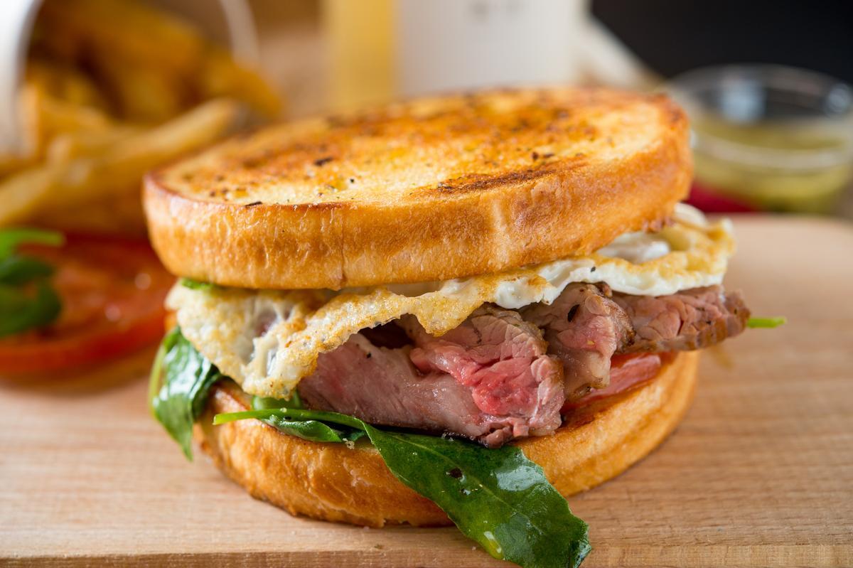 限量中的限量「肩小排肉蛋吐司」,Prime等級牛肩小排舒肥後微煎,肉質鮮嫩。(250元/個)