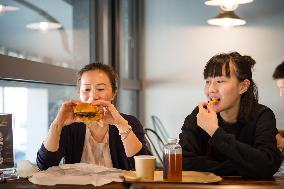 徐媽媽和女兒第一次來,很期待品嘗經典口味墨西哥牛肉堡。
