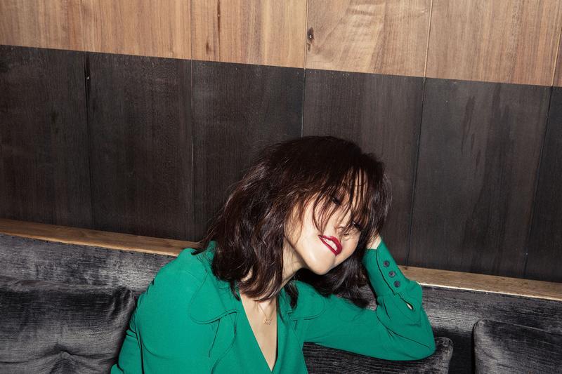 彭佳慧綠衣配上紅唇,加上被風吹得凌亂的頭髮非常狂野自由。(索尼音樂提供)