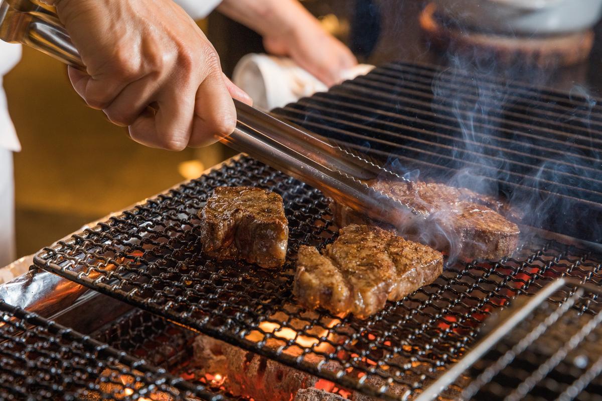 「黑毛和牛臀肉」經廚師手工修清後,先放在燒烤檯左側鐵條上迅速炙烤,再移置中間烤網區慢烤,烤檯看來簡易,全憑主廚渡邊敦司對炭火的掌握技術。