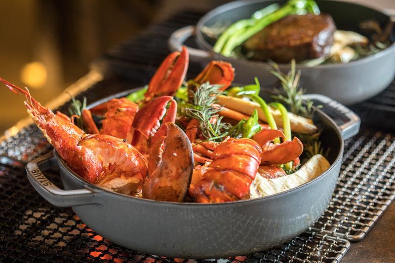 探出肥美蝦螯的「波士頓龍蝦」,烹調中轉為誘人的橘紅色澤。(2,000元起套餐主菜)