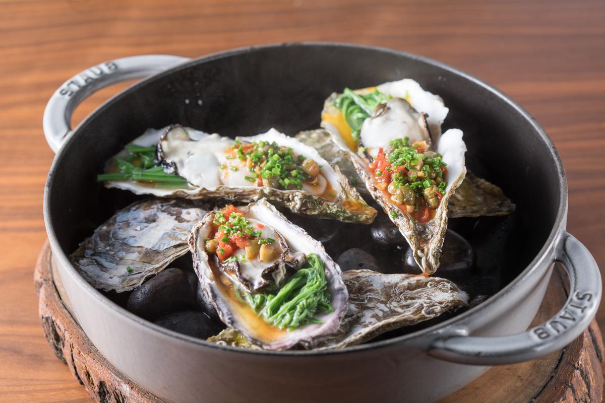 豐滿滑口的「烤沖繩空運生蠔」,以新鮮及風乾番茄搭配勾出鮮味。(2,200元起套餐前菜)