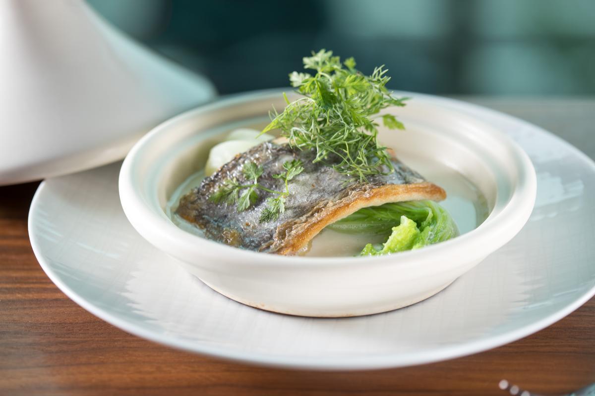 「香煎白帶魚塔吉鍋」加了濃烈野香的時蘿,撞擊味蕾,溫潤有個性。(2,000元起套餐湯品)