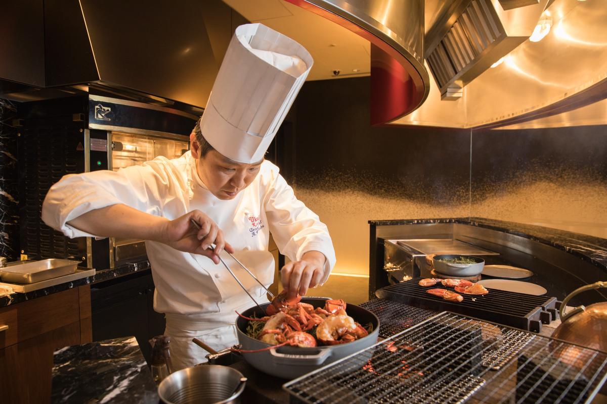 「UKAI牛排館」行政主廚渡邊敦司身懷掌握炭火控溫祕技。