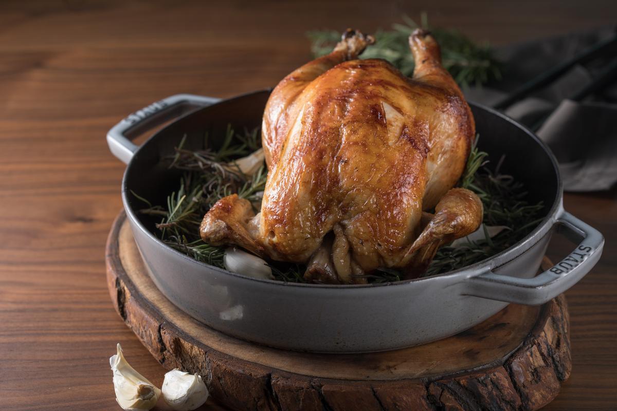 「爐烤桂丁雞」的雞皮膠質黏口,肉質細滑。(2,000元起套餐主菜)
