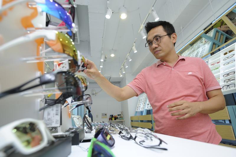 曾是IBM年薪百萬的工程師,張佑輔卻被裁員,後來研發出虛擬試戴眼鏡的APP並創業,他還發下豪語想賺錢選總統。