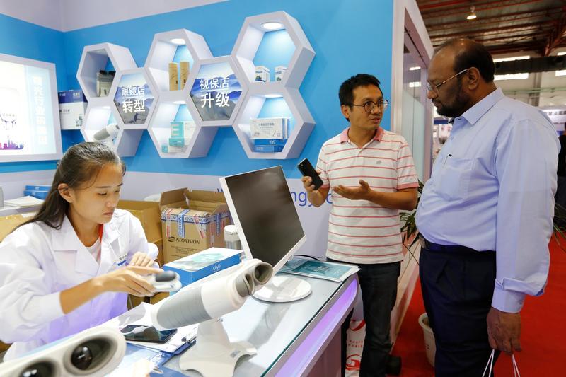 去年9月張佑輔到北京的中國國際眼鏡業展覽會參展3天,為了省錢,與正談合作的中國寶島視鏡借角落擺攤,還有來自杜拜的客人詢問。