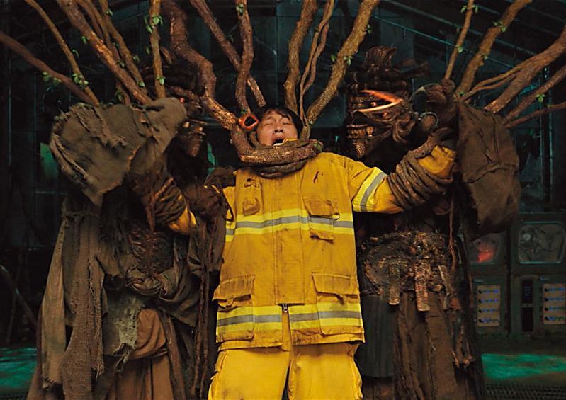 車太鉉在「謊言地獄」接受審判,遭樹精綑綁,CG特效十分逼真。