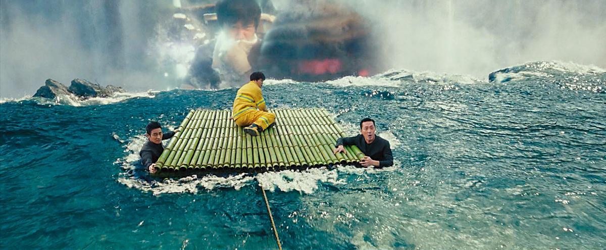 河正宇(右起)、車太鉉、朱智勳在水中的畫面,經過電腦特效製作波濤洶湧的感覺 。