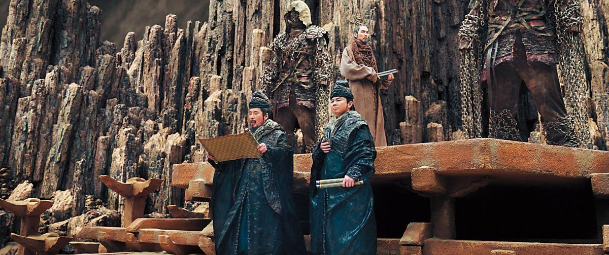 事前收集各種建築樣式與元素,片中的雄偉地獄場景都由電腦後製合成。(左起為演員吳達庶、林元熙,後為李政宰)