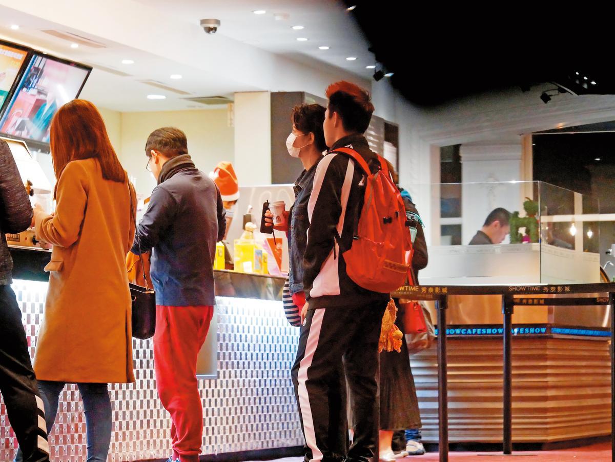12/24 21:05李千娜戴著口罩跟男友ECHO去看電影,度過耶誕夜。
