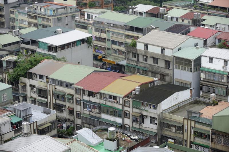 雙北市長相繼宣示拆除違建的決心,過去被視為可為房屋賣相及房價加分的頂樓加蓋物件頓時成為票房毒藥。