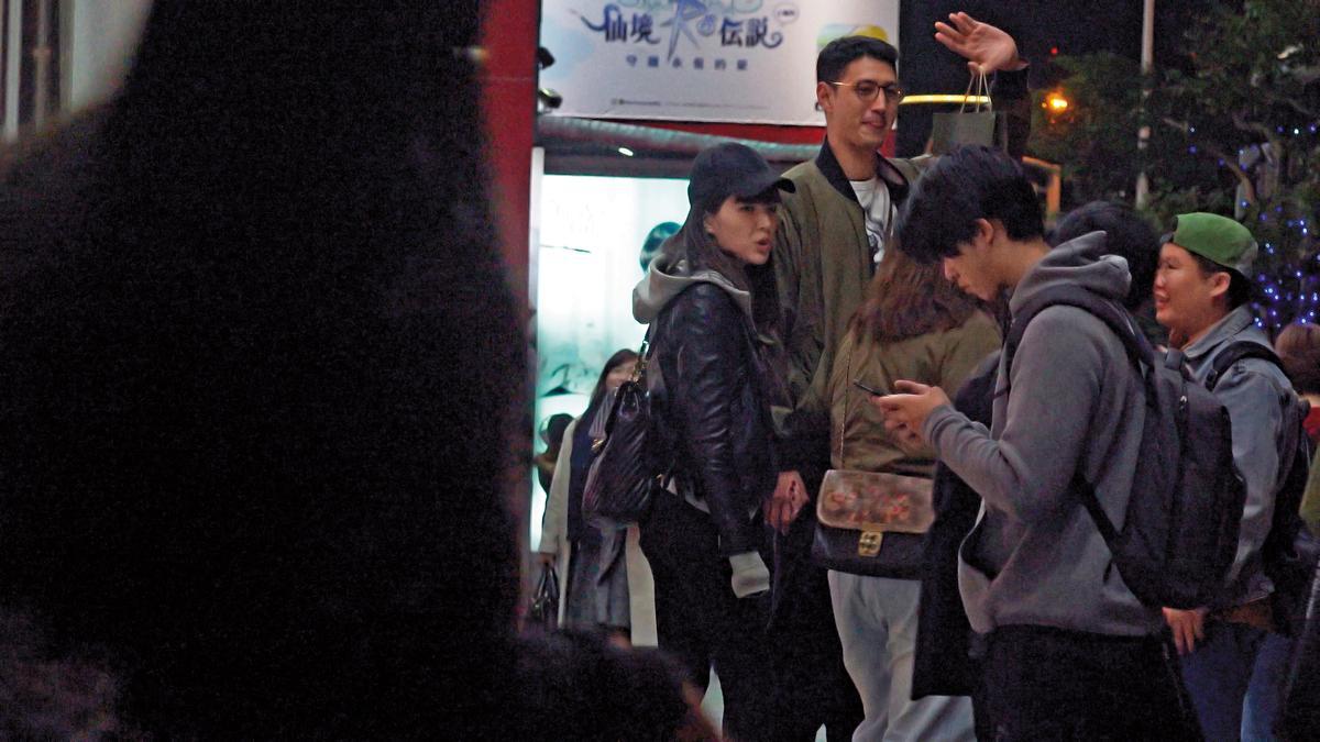 12/25 22:40,2人看完電影後和友人告別,徒步離開。