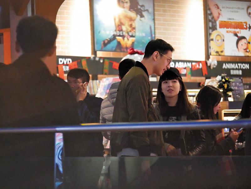 12/25 20:25,許瑋甯不像之前一樣包緊緊,完全大露臉和男友約會。