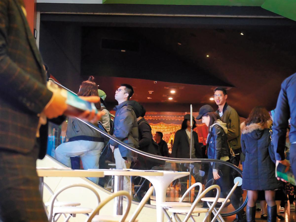 12/25 20:36,許瑋甯站在193公分高的男友身旁,看起來相當小鳥依人。