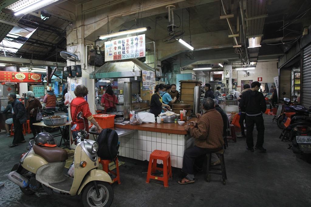 「袁家筒仔米糕」是東市場元老級美食。