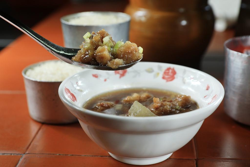加冬瓜煮成「排骨酥湯」,湯頭甜香不油,排骨肉柔嫩好入口。(30元/碗)