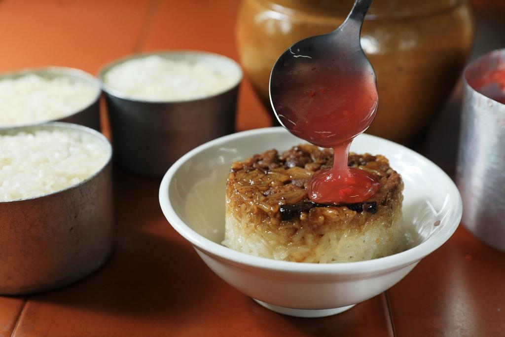 「筒仔米糕」加特製甜醬、蒜泥,滋味富饒,放涼吃,米粒有彈性。(25元/份)