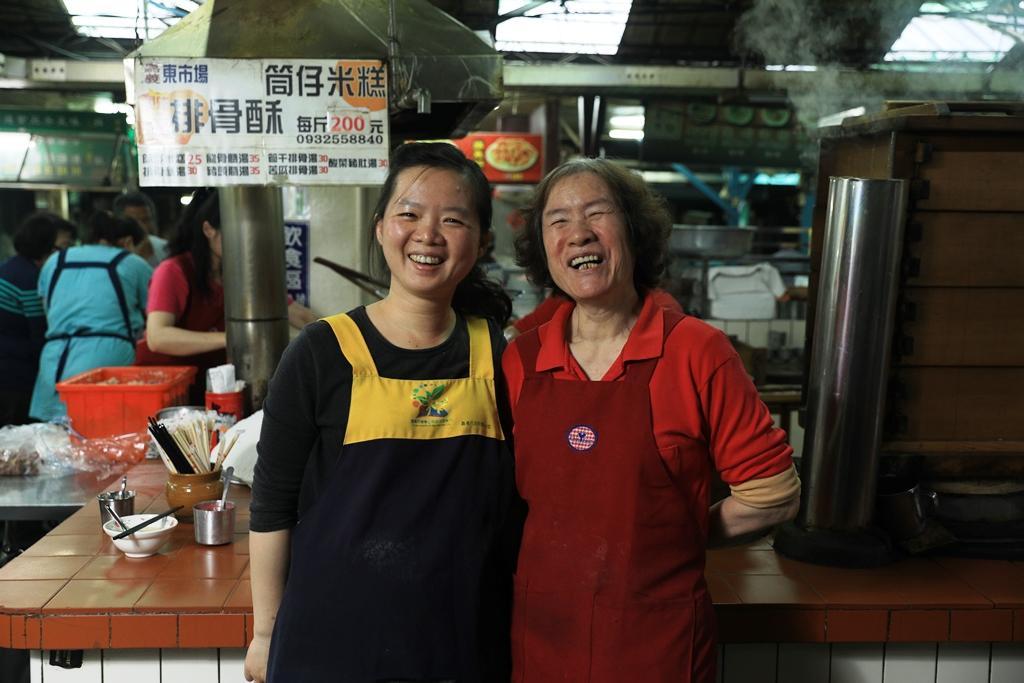 2代老闆娘袁江來富(右)和3代媳婦邱千芝(左)共同守著老攤滋味。