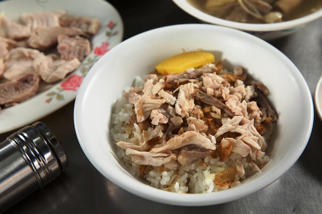 「火雞肉絲飯」米飯蓬鬆有Q度,豬油和油蔥香氣迷人,有胸、腿肉丁和雞皮,口感豐富。(30元/碗)