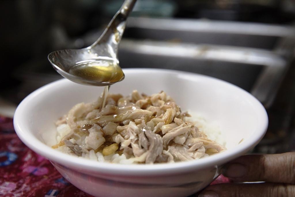 淋火雞骨高湯煮成的醬汁,雞肉飯吃來鹹甘有味。
