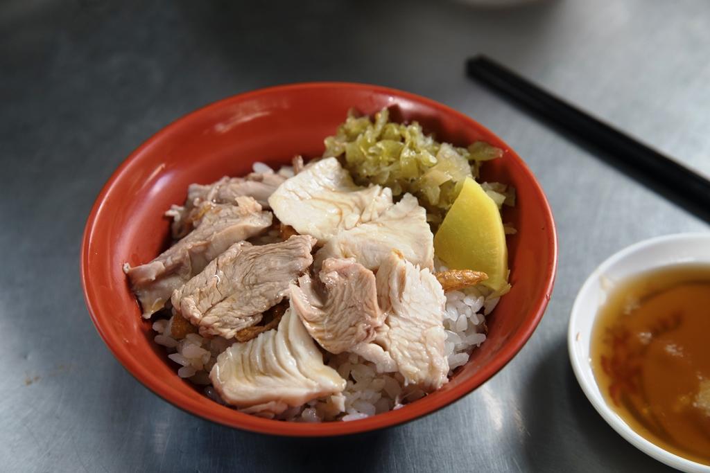「火雞肉片飯」有切片的胸、腿肉,更有飽足感。(50元/碗)