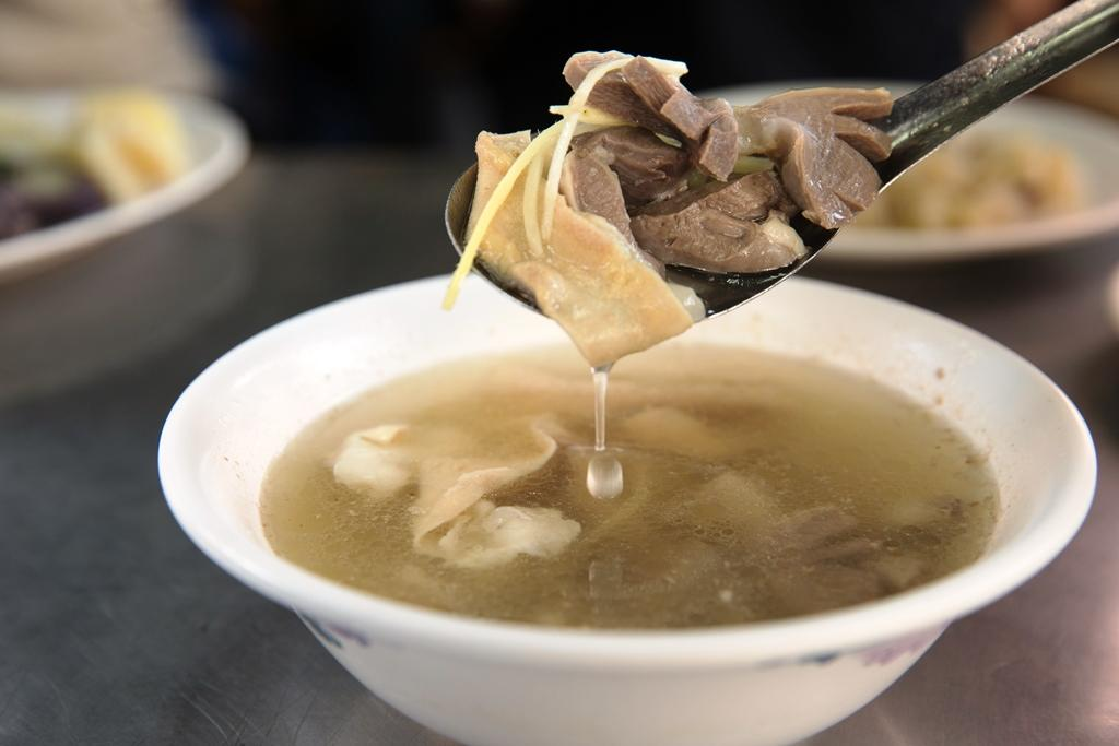 「下水湯」是用火雞的雞雜煮成,甘甜不腥。(35元/碗)