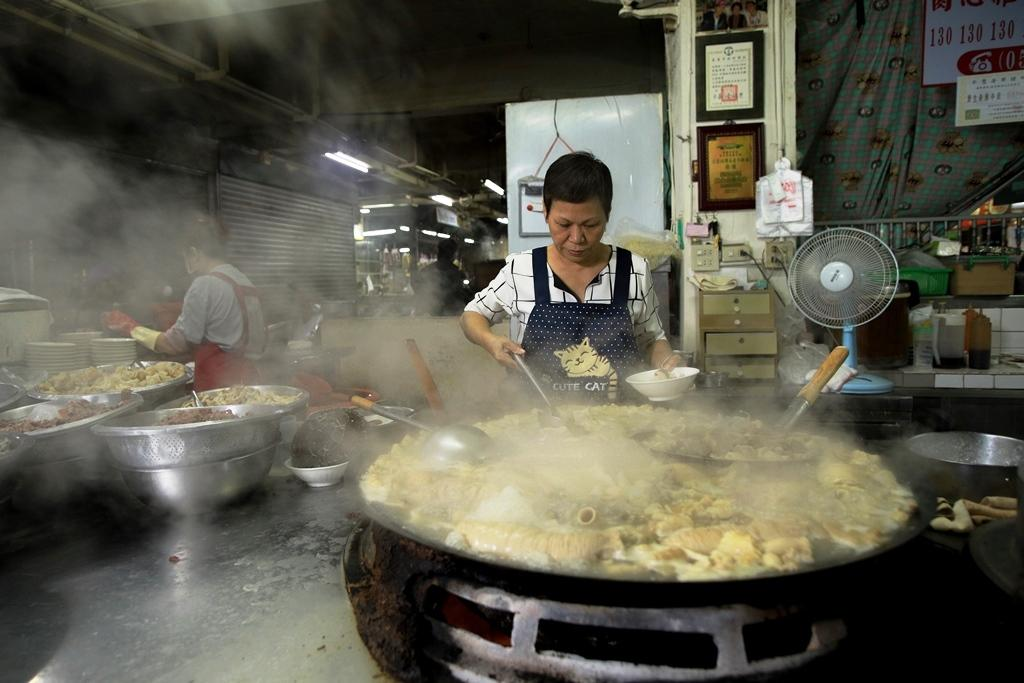 大鐵鍋裡翻騰的牛雜,讓人看得飢腸轆轆。