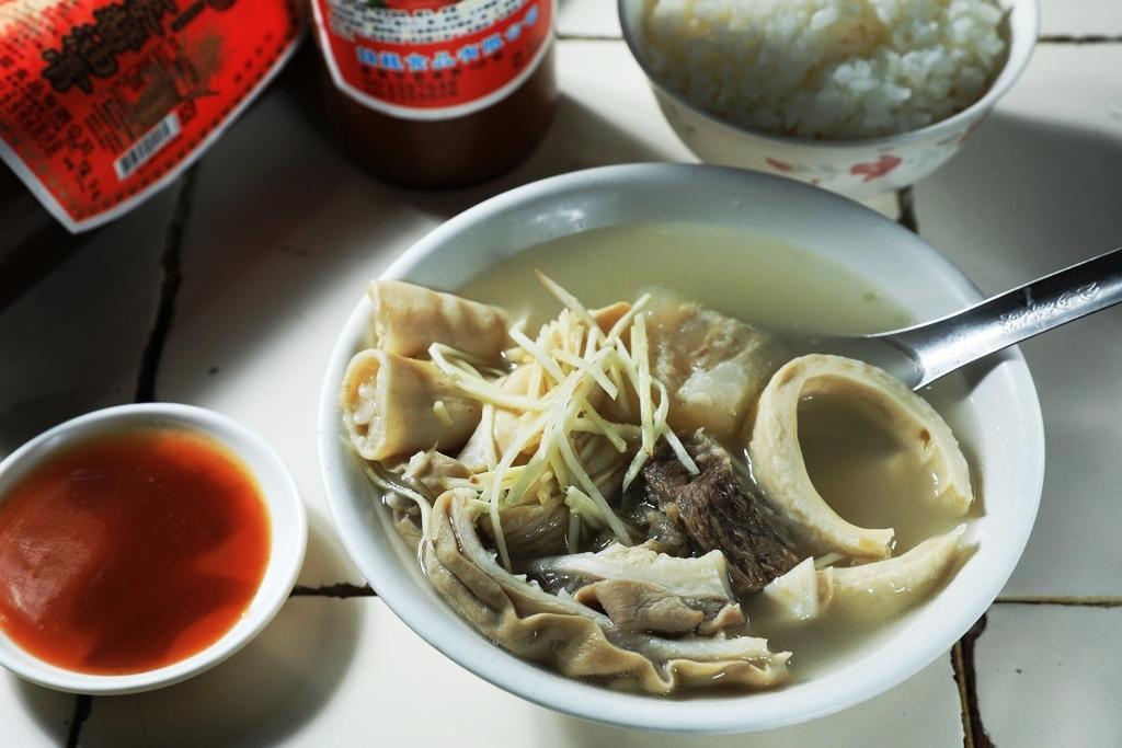 「牛雜湯」裡有牛腸、牛肚、牛心管、牛筋肉,配薑絲、蘸油膏,滋味豐饒。(130元/碗)