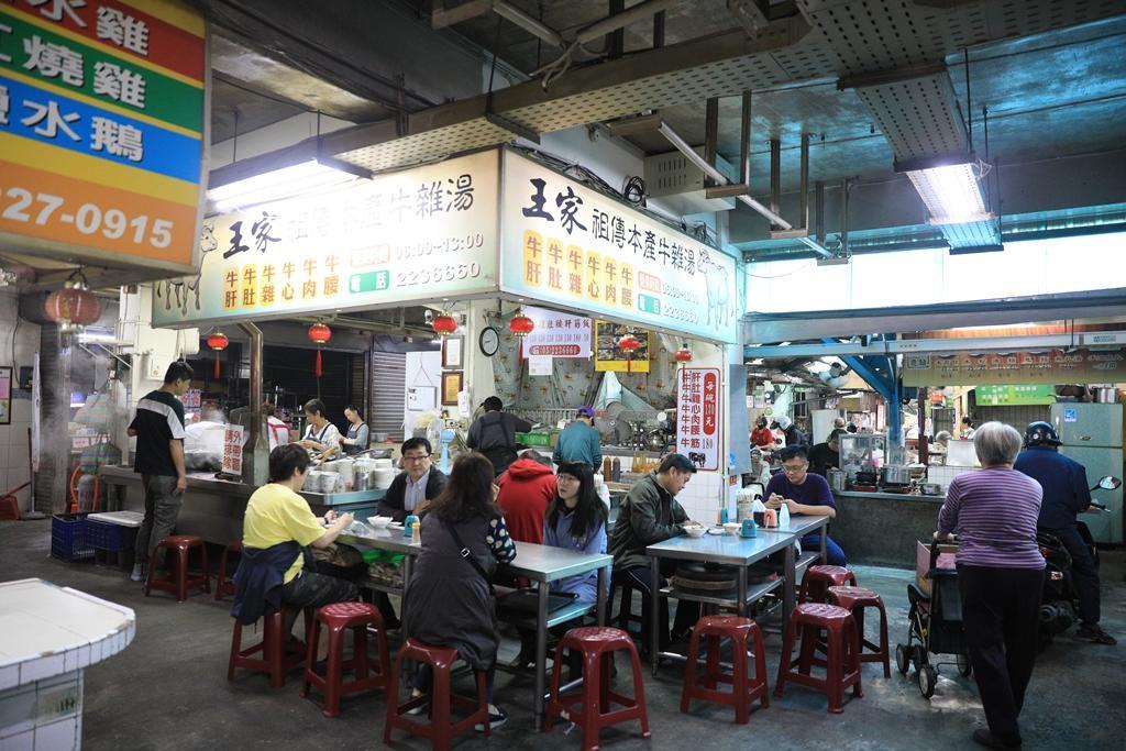 「王家祖傳本產牛雜湯」在東市場熱賣近80年,是人氣最旺的攤子。