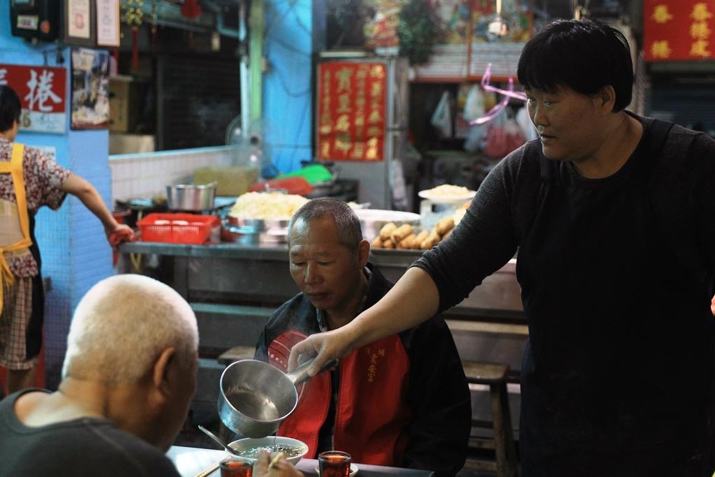 用大量牛骨熬的湯頭甘甜有味,店家還會主動幫客人加湯。