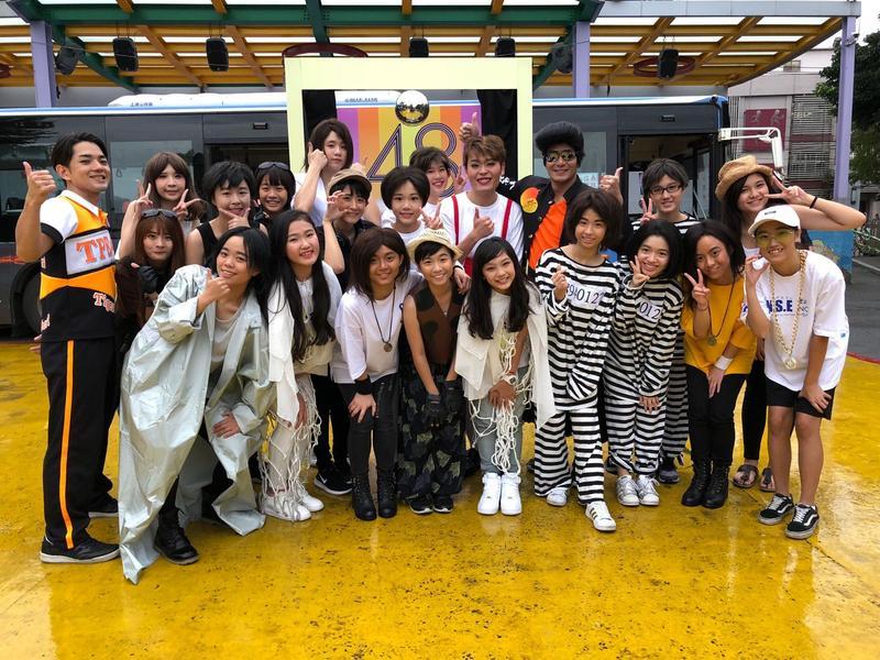 網紅又仁和郭彥均反串帶領女孩們模仿歌手拍攝金曲MV。(圖:紅杉娛樂提供)