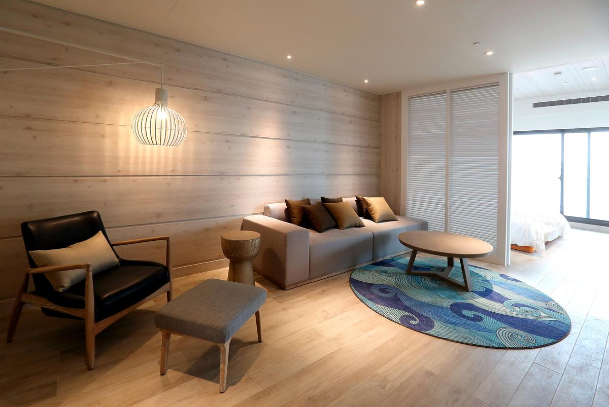 尚未完工的客房內部,裝潢以木頭為主角,營造溫暖氛圍。