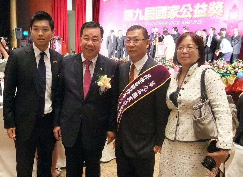江松樺(右2)發跡史相當傳奇,他深信共榮共生是企業永續經營之道,昇恆昌曾獲頒第9屆國家公益獎。左1為江建廷。(聯合知識庫提供)