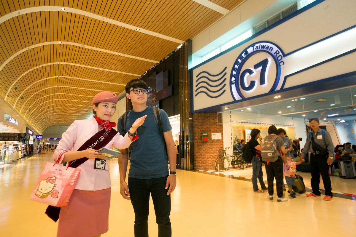 除美化環境、候機室外,昇恆昌員工也在機場提供諮詢服務。