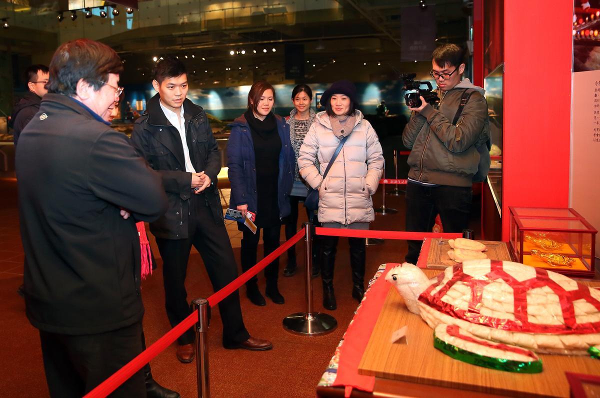 江建廷(左2)為了將澎湖文化融入飯店設施,特別去參觀澎湖生活博物館。