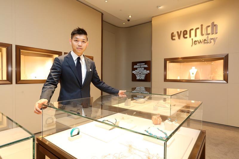 35歲的江建廷(右),從昇恆昌的門市售貨員做起,讓他很熟悉賣場細節。