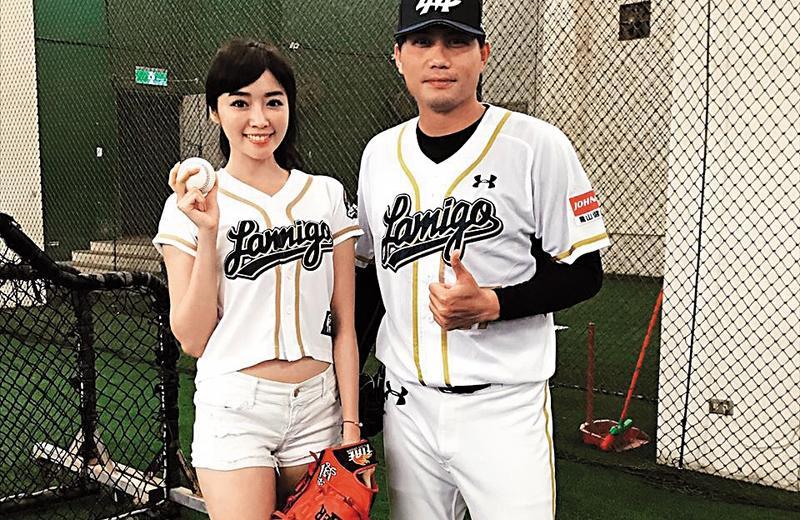 成語蕎(左)擔任開球嘉賓,暱稱「白蛇」的鄭承浩(右)耐心教她投球。(翻攝自成語蕎臉書)