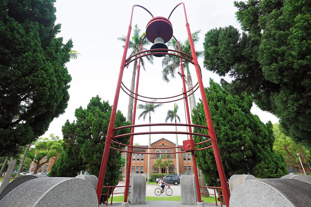 位於台大椰林大道旁的傅鐘,紀念人文領域出身的前校長傅斯年,經過數十年後,今年可能再度出現人文校長。