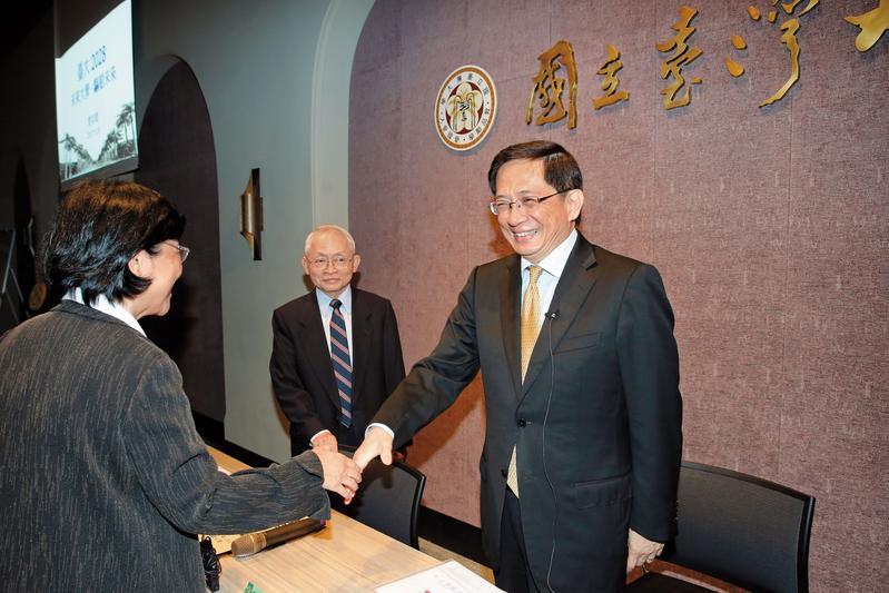 管中閔(右)看到同是馬政府時期政務官卸任的馮燕,在治校理念說明會上露出難得的笑容。