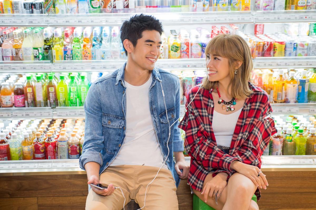袁詠琳、涂善存合拍〈你想娶我嗎〉MV,兩人鏡頭前甜蜜互動、鏡頭後是好麻吉。(杰威爾提供)