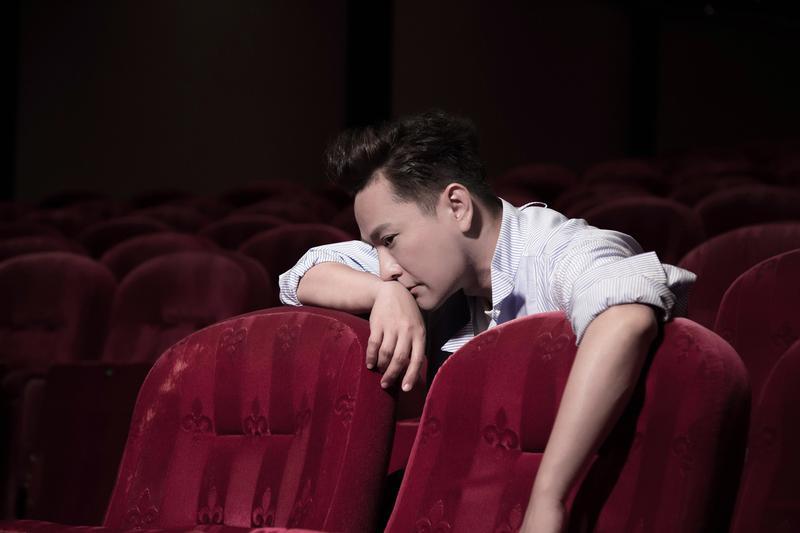 張信哲的新歌〈敘述〉MV在開春正式曝光,描述他的生活寫照。(潮水音樂提供)