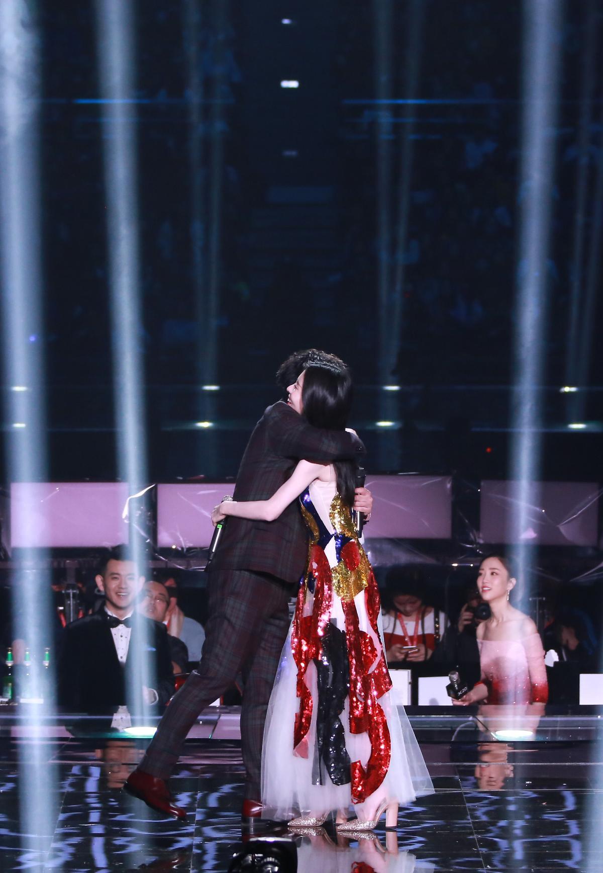 張信哲與張碧晨跨年晚會中合作演出,演唱經典作品〈白月光〉等歌曲。(潮水音樂提供)