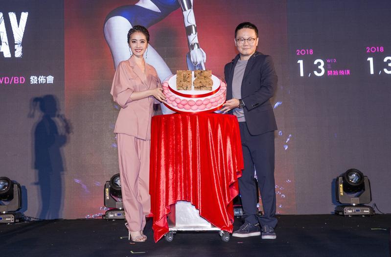 Jolin蔡依林今在台中麗寶樂園為《PLAY演唱會》DVD造勢,右為陳澤杉。(華納提供)