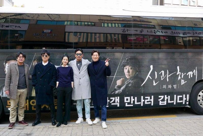 河正宇(右二)連續兩週參與《1987:黎明到來的那一天》宣傳,卻在元旦當天與金倫奭(左起)、朴喜洵、金泰梨、李熙俊(右一)大方在《與神同行》宣傳車前合影。(翻攝自CJ娛樂臉書)