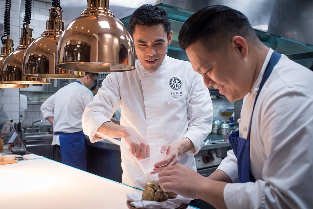 餐會來到最後一天,「 Ta Vie旅」主廚佐藤秀明(左)與「態芮」主廚何順凱明顯從容許多。