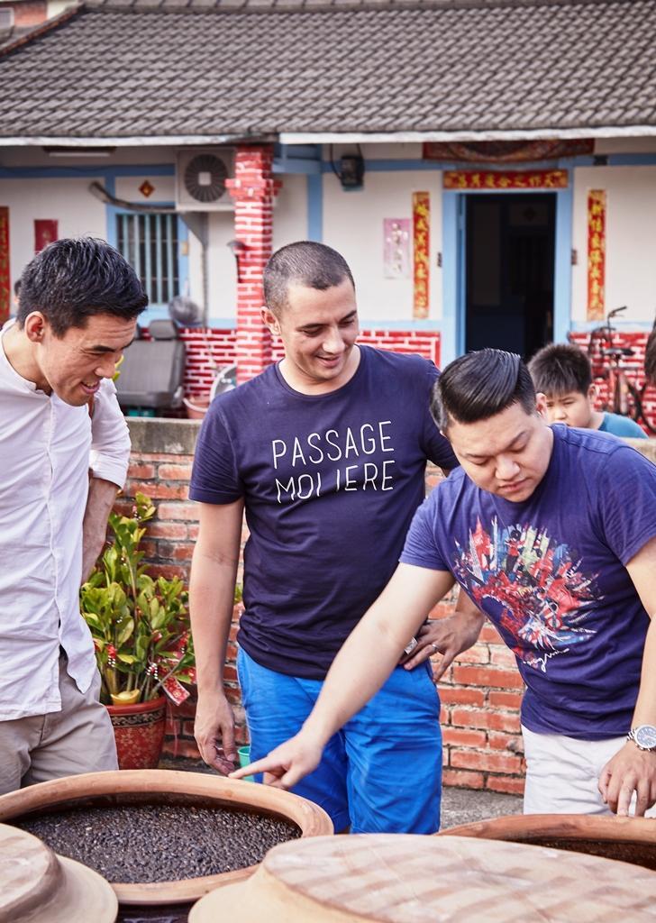 何順凱於9月規劃了下鄉之旅,帶二位客座主廚拜訪雲林70年的老醬油廠「新芳園」。(態芮提供)