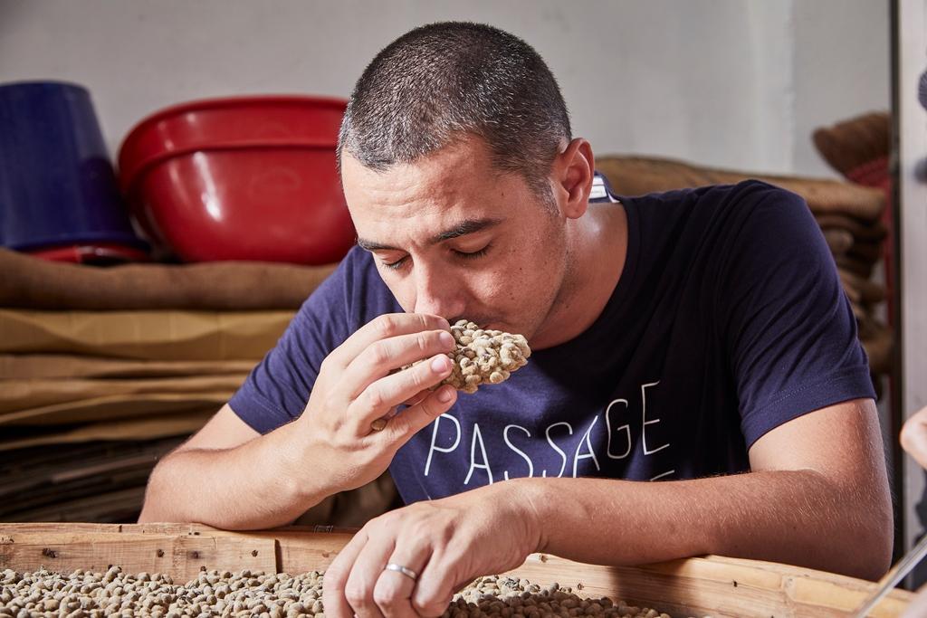 「Odette」主廚 Julien對豆子發酵過程極感興趣。(態芮提供)